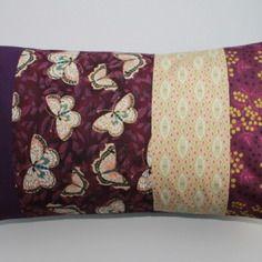 Housse de coussin 30x50 patchwork de tissus assortis papillons , fleurs tons violet aubergine