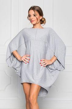 Tunika voľného strihu, ušitá z príjemného materiálu. Vhodná k legínam či riflia, v teplejšom počasí využiteľná aj ako šaty.