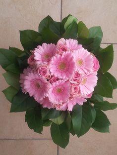 roze rozen met gerbera