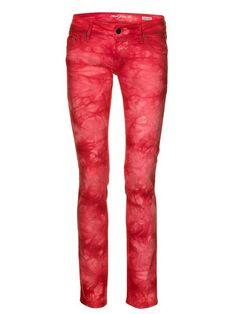 Mit der Batik Jeans von Mavi in heißem Rot setzt ihr ein cooles Fashion-Statement (um 80 Euro).