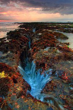 Di Bali, ada beraneka macam tempat yang unik dan mempesona. Misalnya, foto ini memperlihatkan jurang yang berwarna-warni. Wisatawan bisa mengunjungi tempat yang sama untuk melihat pemandangan menakjubkan, dan mengalami liburan yang tidak pernah dilupakan.