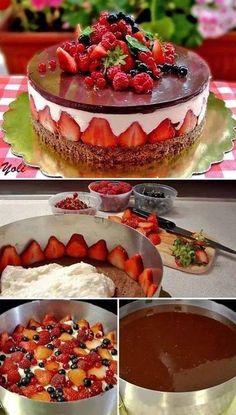 Base de pastel con mouse o relleno de pay en frìo y cubierta de gelatina . La foto termina con chocolate duro pero para cortar serà dificil.