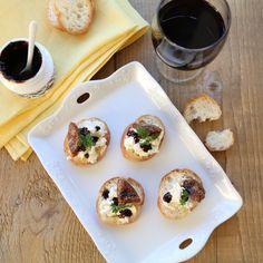ワインのおつまみにチーズは定番ですよね。ただカットしただけでも美味しいチーズですが、ほんの少し手を加えるとオシャレでさらに美味しいおつまみに変身します。素敵な一皿をお供にワインを飲んでみませんか?