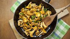 Leckere Pilzpfanne mit Hackbällchen zubereiten!  Mit grünen Bohnen und Hackbällchen zusammen wird aus dem Pilzgericht eine wunderbare Mahlzeit.