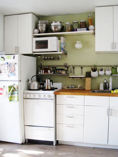 small kitchen! via apartment therapy.