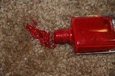 Nagellak omgevallen op je tapijt? Niet getreurd. Je kunt namelijk met isopropyl alcohol (pure alcohol, verkrijgbaar bij elke drogist) het makkelijk verwijderen. Voeg wat toe op een watje en dep. Dit is het enige product wat niet bleekvlekken achterlaat.