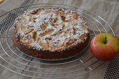 Alles zusammenrühren, Apfelscheiben in den Teig drücken, 30 Minuten warten und ab damit in den Ofen.      Für eine Form von 18 cm Durchmes...