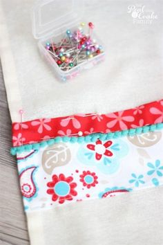 Tutorial to make cute decorative flour sack towels. Great idea for guest bathroom or - Towel Dish Towel Crafts, Dish Towels, Tea Towels, Kitchen Towels Crafts, Kitchen Gifts, Fabric Crafts, Sewing Crafts, Sewing Projects, Fun Projects