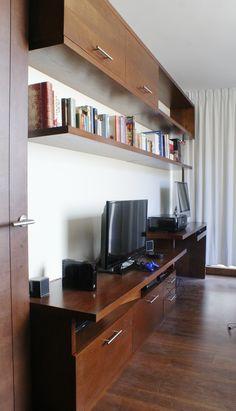 Mural elegante para una sala de estar diseñado y fabricado en tablero enchapado en Cedro por www.cristianmontero.cl