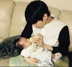Vixx Leo feeding his nephew Cute Asian Babies, Korean Babies, Asian Kids, Cute Babies, Father And Baby, Dad Baby, Baby Kids, Ulzzang Kids, Ulzzang Couple