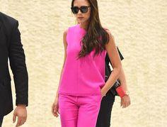 Victoria Beckham w różowym komplecie - stylizacja