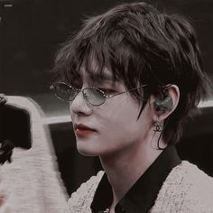 Discovered by mel🎀. Find images and videos about bts, v and kim taehyung on We Heart It - the app to get lost in what you love. Foto Bts, Bts Photo, Bts Taehyung, Bts Bangtan Boy, Jhope, K Pop, Bts Kim, V Bts Wallpaper, Vkook