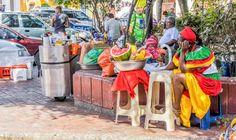 Mujer afrocolombiana en Cartagena Colombia https://blogtrip.org/palenquera-cartagena-san-basilio-de-palenque/