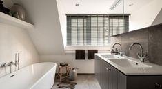 (@ Middelkoop Culemborg / Badkamers)  Deze modern-klassieke badkamer straalt rust uit. Deze badkamer komt rustig over en dit zal met name komen door het beperkte gebruik van tegels in combinatie met stukwerk. Het badkamer-meubel van Bruynzeel met verticale lijnen maken de stijl helemaal af.   Achter het meubel is een ruime inloopdouche te vinden voor privé douchen.     https://www.middelkoopculemborg.nl/badkamers/klantervaringen-badkamers/familie-groen/