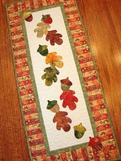 Autumn Fall Quilted Wall Hanging or Table Runner ---- Herfst tafelloper of muurquilt Table Runner And Placemats, Table Runner Pattern, Quilted Table Runners, Fall Table Runner, Fall Applique, Applique Quilts, Hanging Quilts, Quilted Wall Hangings, Fall Sewing