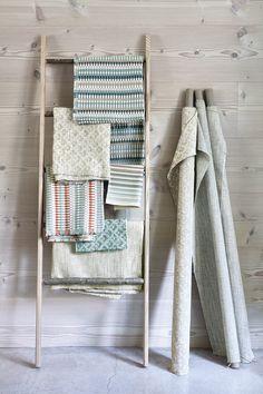 Stoffe so weit das Auge reicht - auch das kann als Hingucker eingesetzt werden. Foto: ROMO Ladder Decor, Home Decor, Eye, Fabrics, Colors, Homes, Decoration Home, Room Decor, Home Interior Design