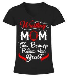 Womens Wrestling Mom This Beauty Raised - V-Ausschnitt T-Shirt Frauen Wrestling Mom Shirts, Funny Wrestling, Wrestling Quotes, Mothers Day T Shirts, Dad To Be Shirts, Thing 1, Sports Mom, Vinyl Shirts, Sport T Shirt