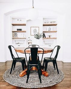 Round rug under a round dining table Rond vloerkleed onder een ronde eettafel Round rug under a round dining table Home Decor Kitchen, Interior, Home, White Dining Room, House Interior, Simple Dining Table, Dining Room Decor, White Dining Room Table, Interior Design