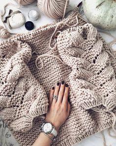 Knitting Inspiration 🌸on Knitting Blogs, Sweater Knitting Patterns, Lace Knitting, Knitting Stitches, Knit Patterns, Knitting Projects, Knit Crochet, Herringbone Stitch, How To Start Knitting