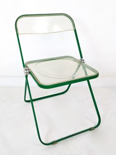 Sedia PLIA di Giancarlo Piretti per Castelli  In una particolare colorazione verde.  Design made in Italy, 1967  Firmata, originale d'epoca   #plia #castelli #design #moma #vintageshop Vintage Furniture Design, Classic Furniture, Furniture Decor, Handmade Furniture, Vintage Shop, Retro Vintage, Folding Chair Makeover, Teak, Beautiful Interiors