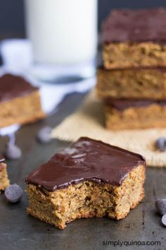 Combining two classic flavors, these peanut butter quinoa bars are healthy + delicious. Topped with a dreamy chocolate sauce, they made the perfect dessert! Delicious Vegan Recipes, Healthy Dessert Recipes, Healthy Baking, Baking Recipes, Vegan Treats, Vegan Snacks, Nuts And Seeds Recipes, Quinoa Bars, Vegan Bar