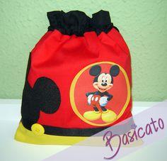 Sacolinhas em tecido, forradas com tnt. Com aplique do Mickey, detalhe em gorgurão, feltro e botão. Pedido mínimo de 20 peças. R$7,90