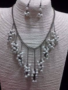 Collar con Cadenas Colgantes y Pequeñas Perlas
