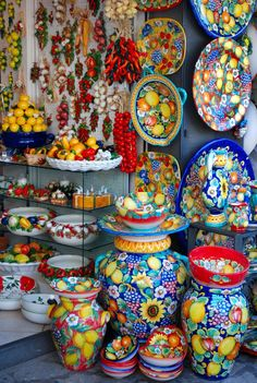 Beautiful Italian Ceramics in Capri Island, Campania. Home Decor Styles, Home Decor Accessories, Decorative Accessories, Talavera Pottery, Ceramic Pottery, Cheap Wall Decor, Italian Pottery, Banquettes, Moroccan Decor