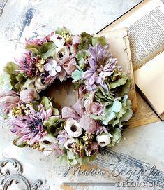 Maja Zagorska - Art  Physical wreath! Bring spring in your house! Watch the tutorial! Μαγιάτικο στεφάνι από την Μάγια σε στυλ ARt  Physical! Δείτε το TUTORIAL Spring Ahead, Spring Decorations, Spring Door, Valentino, Floral Wreath, Wreaths, Natural, House, Style