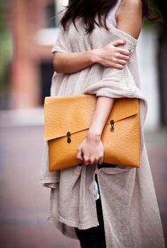 As it bags de mão ganham espaço em diversas ocasiões, os modelos são variáveis podendo ser direcionados tanto a looks casuais como sociais.