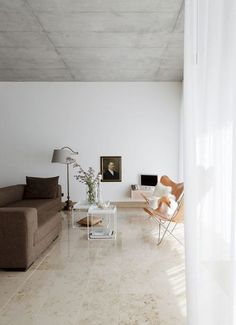 Lufitga gardiner i denna styling av Studio Oink. Upptäck Gotains skira linnegardiner på www.gotain.com - Vi gör det enkelt att beställa skräddarsydda gardiner. Linnegardinerna säljs i par med priser från 2595kr / par. Alltid fraktfritt och kostnadsfria tygpover till din dörr