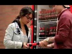 Una idea sencilla, original y única simplemente porque nadie había pensado, hasta ahora, en ella, llevada a cabo con el talento de Coca Cola.