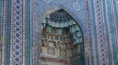 El mausoleo de Jodzha Ahmad en Samarcanda situado a través del pasillo, se refiere al comienzo del siglo XIV.