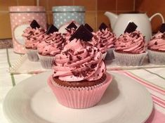 Brownie cupcakes s malinovým krémem Brownie Cupcakes, Cheesecake Cupcakes, Fondant Cupcakes, Cheesecake Recipes, Muffins, Cake Pops, Baked Goods, Sweet Recipes, Food And Drink