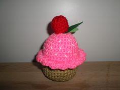 Cupcake rosa con fresa.