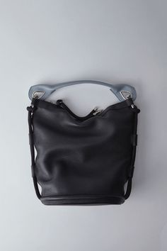Acne Studios Bertha Large black is a large shoulder bag with two tone rope detailing. This style is construsted of grained leather with contrasting shoulder strap.