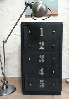Typography - Donner un aspect industriel à un meuble en bois Industrial Outdoor Furniture, Industrial Interiors, Recycled Furniture, Bedroom Furniture Makeover, Furniture Decor, Painted Furniture, Furniture Design, Black Furniture, Recycled House