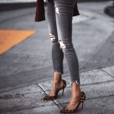 ripped denim and leopard pumps Girls Ripped Jeans, White Ripped Skinny Jeans, Ripped Boyfriend Jeans, Torn Jeans, Ripped Denim, High Jeans, High Waisted Distressed Jeans, Low Rise Jeans, Button Fly Jeans