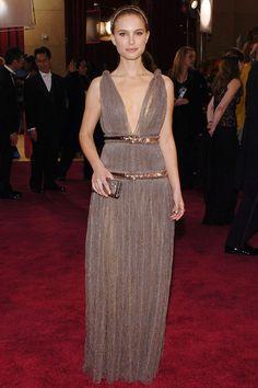 Natalie Portman con vestido de tul plisado de color topo, de Lanvin.