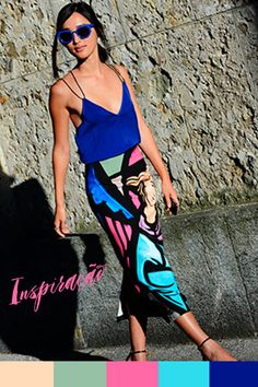 Inspiração do Dia - ideia de look para usar no verão: saia mídi estampada e acessórios coloridos.