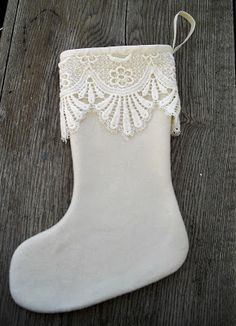 Moski: Wool stocking with lace - Julestrømpe av ullkåpe Christmas Craft Projects, Crafts To Make, Advent, Christmas Stockings, Holiday Decor, Lace, Needlepoint Christmas Stockings, Stockings
