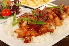 Pollo en Salsa de Pimentón - Nadie puede resistirse a una comida llena de sabor y color... ¿Qué esperas? Deleita tu paladar con unas deliciosas pechugas de pollo...