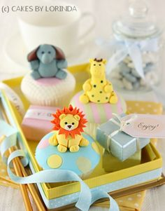 Baby shower cupcakes with animal miniatures. A perfect gift for baby shower ceremony