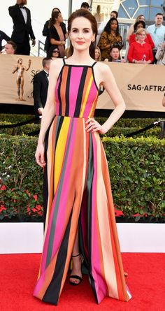 Michelle Dockery in Elie Saab at the SAGS. These primary and bright colours work so well on Michelle because of her cool skin tone and contrasting hair. #spring2017 #stylistpicks