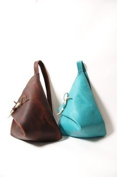 Turquoise or Brown Leather Triangle Bag Discover and share your fashion ideas on… Luxury Handbags, Purses And Handbags, Designer Handbags, Couture Cuir, Triangle Bag, Triangle Necklace, Leather Projects, Shopper, Handmade Bags