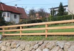 Der Balkenzaun ist unsere luftigste und auch wirtschaftlichste Möglichkeit ein Grundstück einzugrenzen. Er eignet sich vor allem für eine Abtrennung von größeren Längen. Kleintiere können den Zaun ungehindert passieren. Die Balken sind mit 140/34 mm äußerst massiv ausgeführt. So stellt dieser Zaun eine langlebige Variante für viele Jahrzehnte dar.