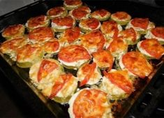 Zucchini with tomato and cheese Ingredients: - courgettes - tomatoes - cheese - garlic - Mayonnaise (sour cream) Preparation: Courgettes cut Ukrainian Recipes, Hungarian Recipes, Russian Recipes, Ukrainian Food, Roasted Vegetable Recipes, Vegetable Dishes, Fast Dinners, Easy Meals, Zucchini Aubergine