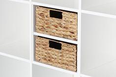 Speziell für das Kallax Regal von IKEA entworfen, passt der kleine Regalkorb SEBORG aus Wasserhyazinthe formschlüssig in ein halbes Kallax Regalfach. Das halbe Fach entsteht, wenn man unseren HALVERA Einsatz verwendet. Die kleinen Kallax SEBORG Körbe gibt es im 2er und 4er Set im Shop zu bestellen.