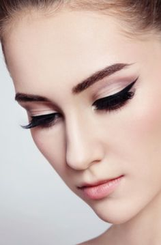 muted mod eyeliner. subtle 1960's look #PFBeauty