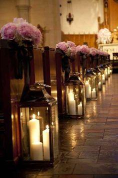 L'église est prête pour votre mariage avec les fleurs et les bougies sur le sol